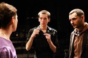 Режисер Антон Романов дає настанови під час репетиції вистави